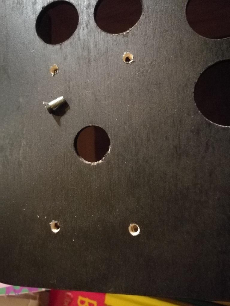 die Löcher zur Montage des Sticks mit der verwendeten Schraube